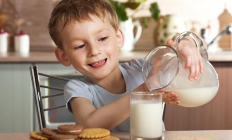 Ecuador: Desayuno escolar favorecería a los productores de leche
