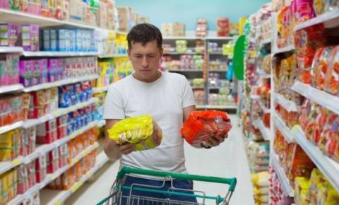 Qualidade dos alimentos processados no Brasil é pior que em outros países, diz nutricionista antidietas