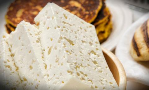 Baja producción de leche y el aumento de los insumos impulsan el alza del queso artesanal en los mercados venezuelanos